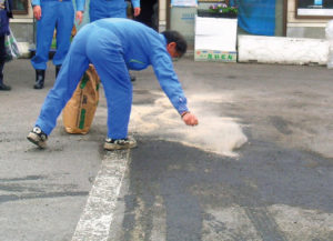 油吸着分解剤オイルゲーター使用 道路